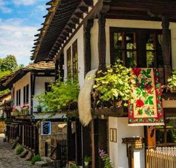 Las típicas casas en Etara, uno de los pueblos bonitos de Bulgaria